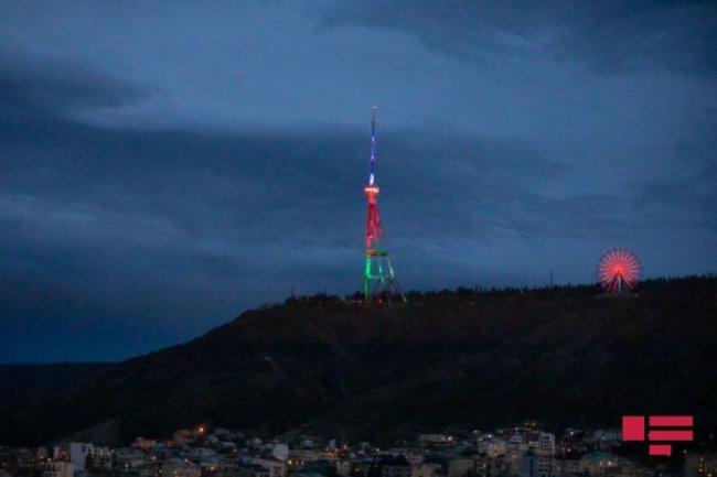 Tbilisidə teleqüllə və körpü Azərbaycan bayrağının rəngləri ilə işıqlandırılıb - FOTO